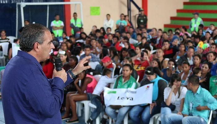 Gobierno lanza plan de becas para jóvenes del campo