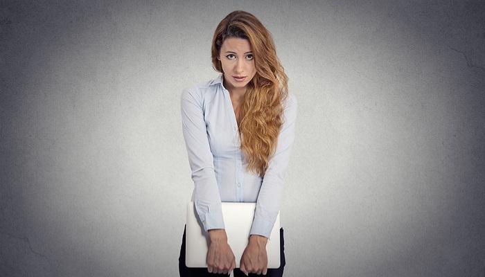 Gestos nerviosos que pueden arruinar tu entrevista de trabajo