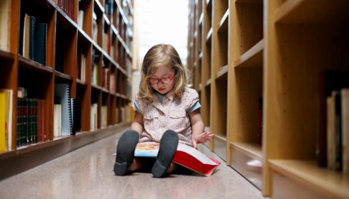 Niña en biblioteca. Tratorno Específico del Lenguaje o TEL