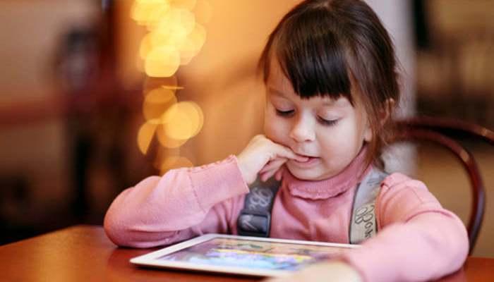 Expertos respaldan el uso moderado de pantallas en los niños