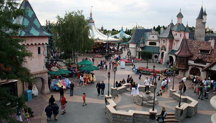 Trabajar en un parque temático: vacantes en Disneyland Paris, EuroPark o Legoland