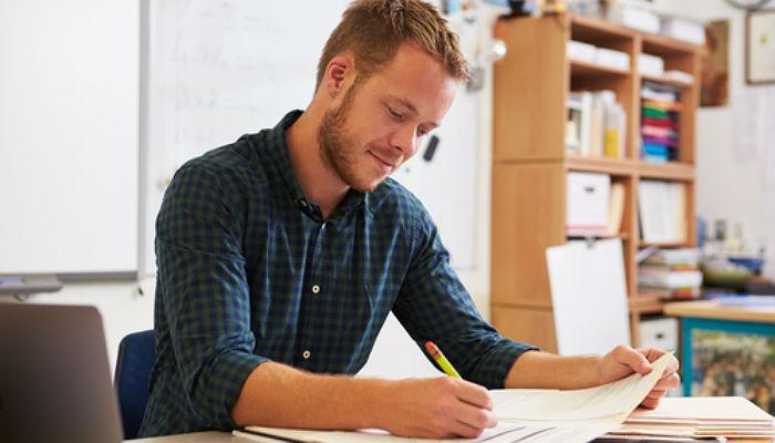 Los jóvenes podrán adquirir experiencia laboral en las Administraciones con un contrato temporal