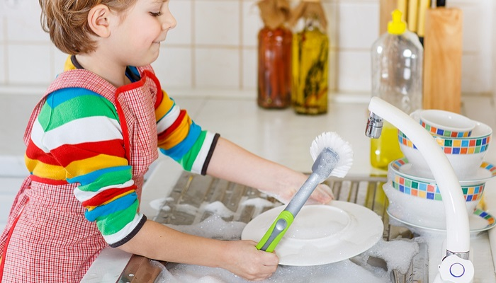 Amor y tareas domésticas, la fórmula para que los niños alcancen éxito profesional
