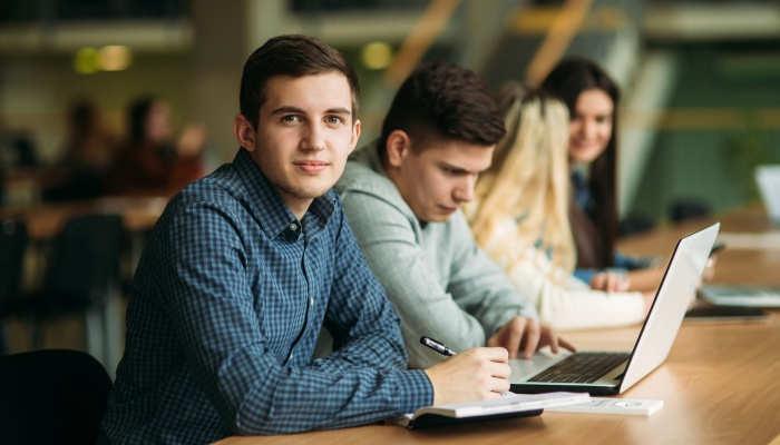 Becas colaboración de 2.000 euros para jóvenes en departamentos universitarios