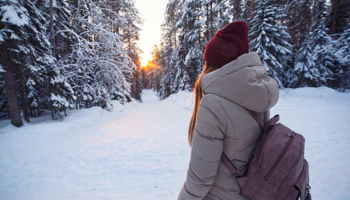 Becas para estudiar un máster en Finlandia con bufanda y manta